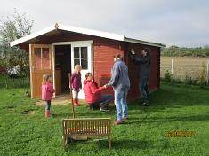 Das Spielhaus bekommt einen frischen Anstrich©Kindergarten Tausendfüßler