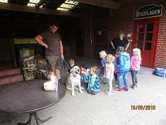 Erstmal den Hund begrüßen©Kindergarten Tausendfüßler