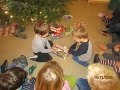 Geschenke auspacken©Kindergarten Tausendfüßler