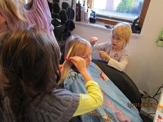 Haare bunt machen©Kindergarten Tausendfüßler