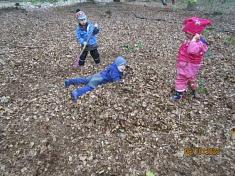 In den Laubhaufen springen©Kindergarten Tausendfüßler