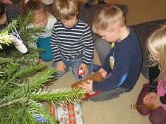 Noch mehr Geschenke auspacken©Kindergarten Tausendfüßler