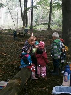 Vorlesen im Wald©Kindergarten Tausendfüßler