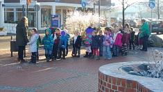 Warten auf den Bus©Kindergarten Tausendfüßler