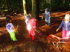 Wir fegen den Wald©Kindergarten Tausendfüßler