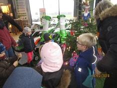 Wir machen den Baum bunt©Kindergarten Tausendfüßler